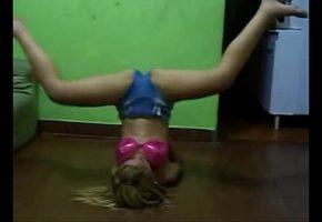 Tesuda dançando funk sem calcinha de short