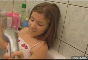 Novinha se masturbando com a ducha da banheira