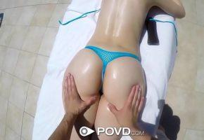 Massagem na bunda da novinha gostosa