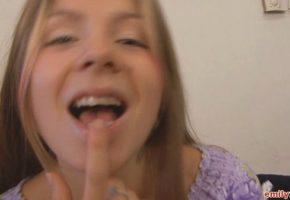 Emily ninfeta metendo o dedo na bucetinha