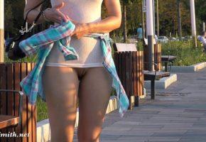 Andando sem calcinha mostrando a buceta gorda
