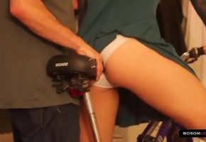 Sexo na bicicleta com a loira do rabão