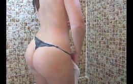 Novinha é um tesão tomando banho e mostrando a xota