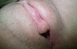 Bucetinha extremamente pequena gozou na siririca