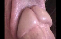 Passando a língua na cabeça do pau até ele gozar