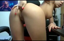 Novinha na webcam dedando o cu gostoso